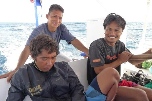 The funny boat crew who convinced us to take a photo of sleeping divemaster Jun